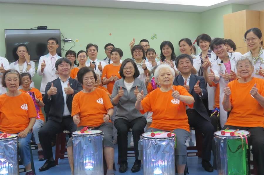 蔡英文總統24日下午到台中醫院長照大樓參觀,受到日間長者歡迎。(馮惠宜攝)