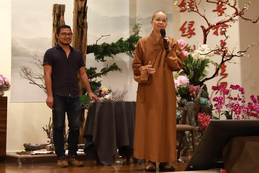 惠中寺舉辦「無畏」講座,覺居法師(右)邀請剪紙藝術家楊士毅(左)到場演講。(陳淑芬攝)