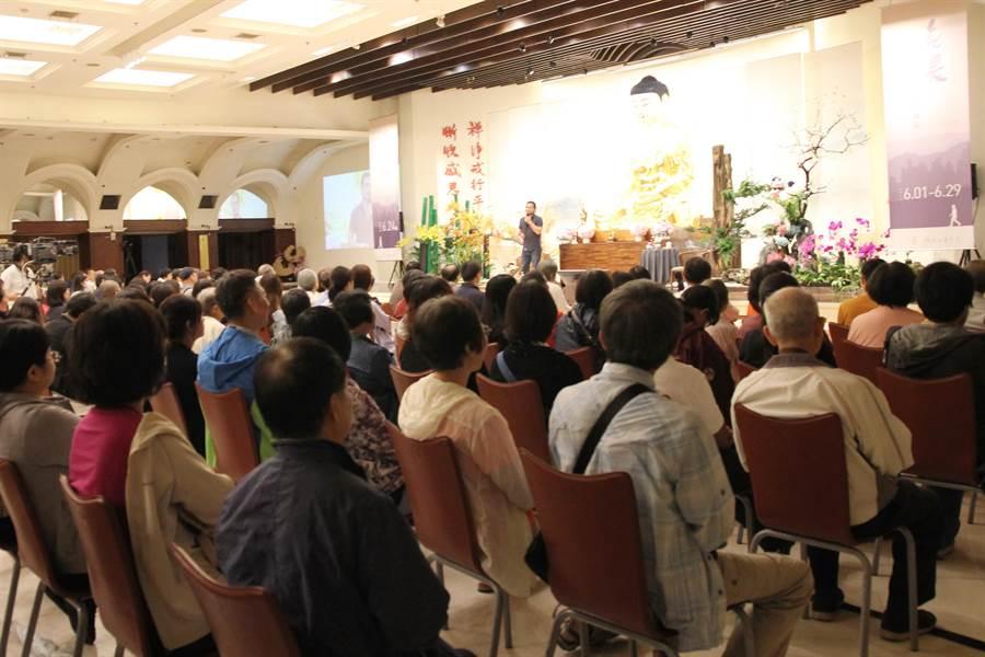 知名剪紙藝術家楊士毅在無畏講座分享他成長學習及創作的故事。(陳淑芬攝)