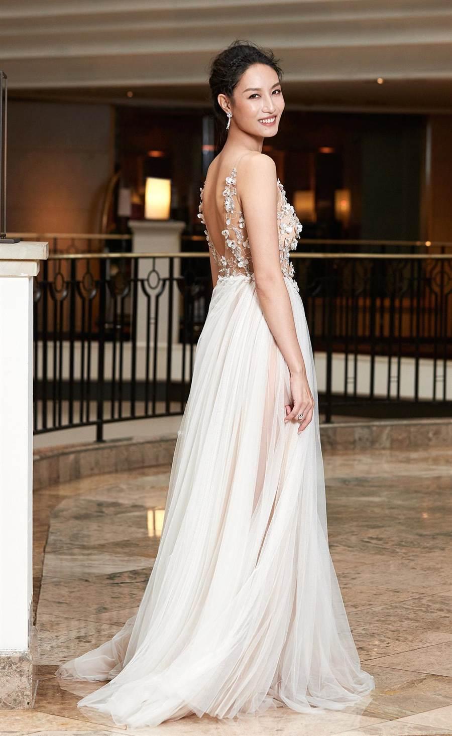 邱馨慧台北婚宴身穿Coronation.Lace.Bridal 香檳蕾絲禮服。(凱渥)