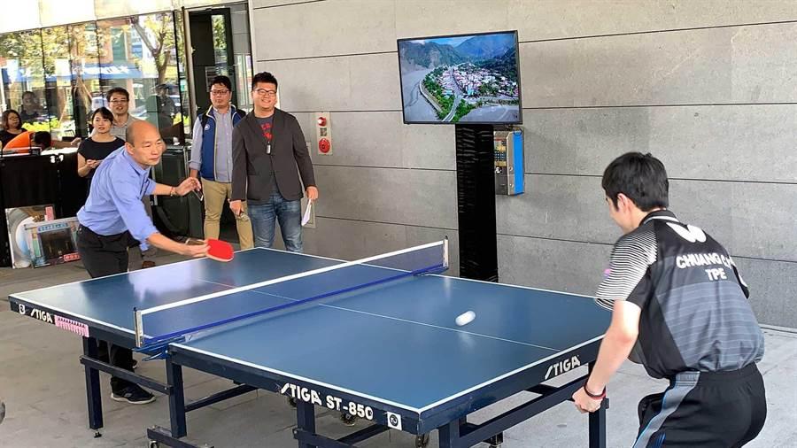 高雄市長韓國瑜4月與桌球一哥莊智淵打桌球宣傳觀光。(柯宗緯攝)