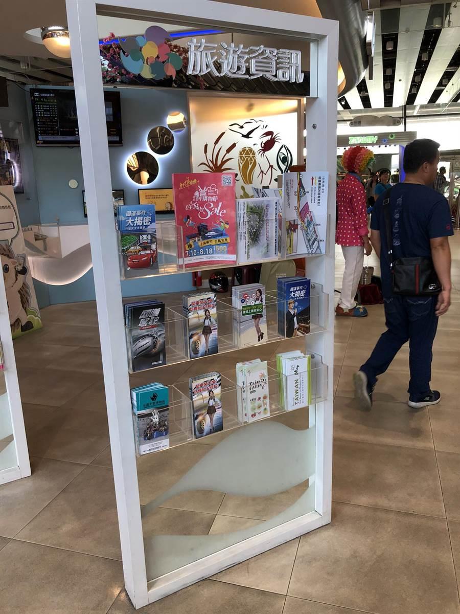 台中市府在清水服務區放置台中購物節宣傳單,提供民眾索取。(盧金足攝)