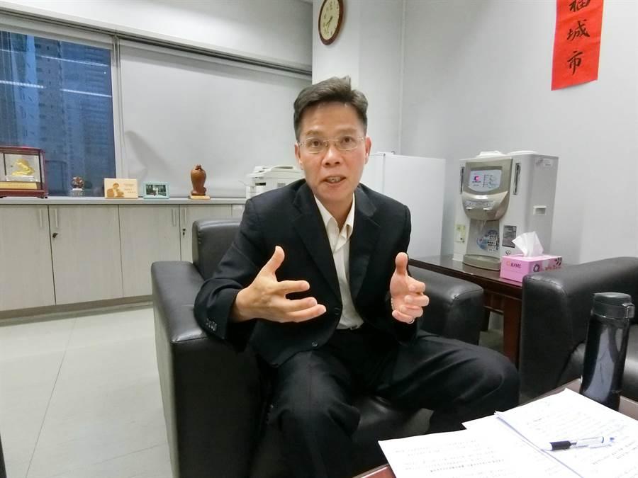 台中市府社會局長李允傑24日前往醫院探視女嬰,強調市府積極介入調查,並將持續提供家屬必要協助。(盧金足攝)