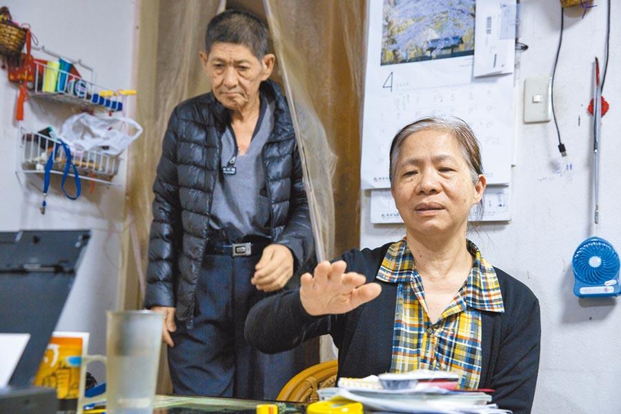 邱志成(左)的老伴李素真(右)承擔在家照護重任,讓先生維持穩定的狀態。(黃子明攝)