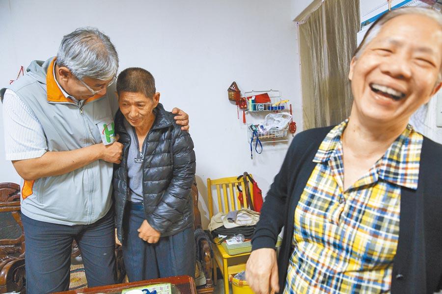孫文榮醫師(左)定期到宅訪視邱志成健康狀況。(黃子明攝)