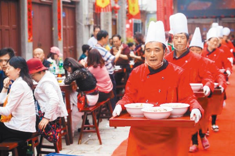 大陸啟動全方位打造福建成台灣民眾第一家園,圖為台灣「打開聯合」團隊入駐打造的福建千年文化古鎮「嵩口春宴」活動。(中新社)