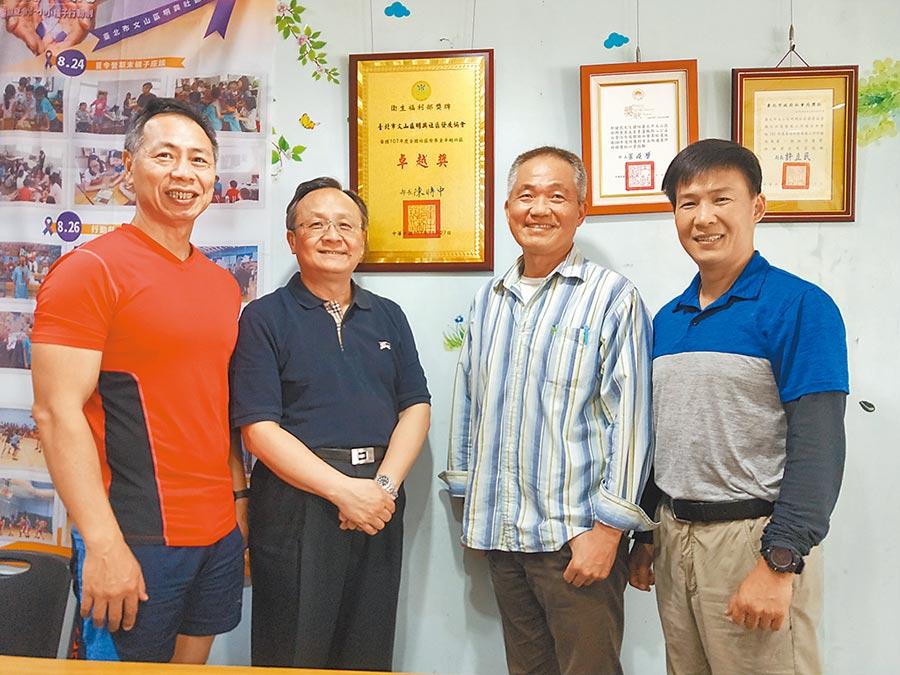 潘俊興(右一)、伍光祖(右二)、徐棟英(左一)都與里長鄢健民一樣軍旅退伍,現在一起為明興社區貢獻心力。(鄢健民提供)