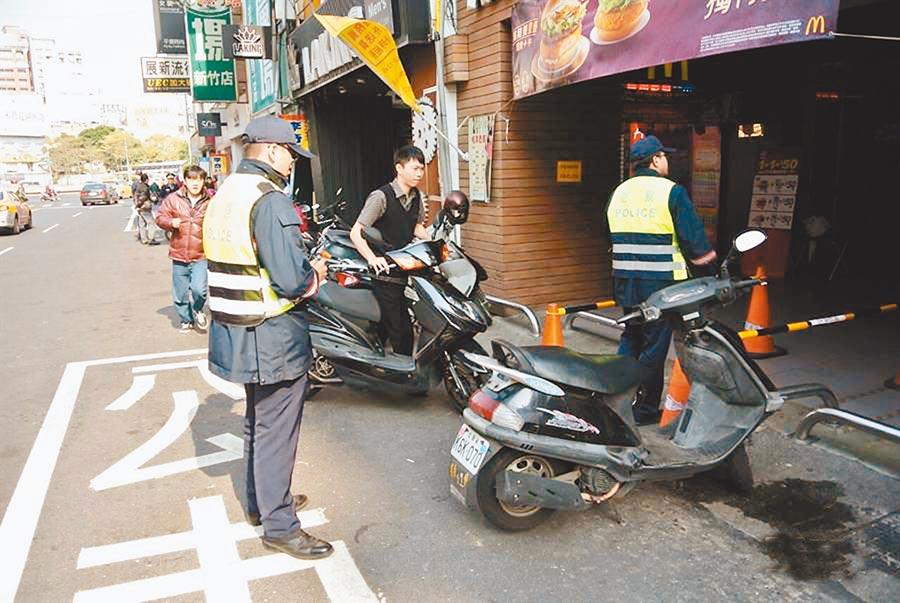 新竹市取締公車停靠區違停仍多,取締量居高不下。(徐養齡翻攝)