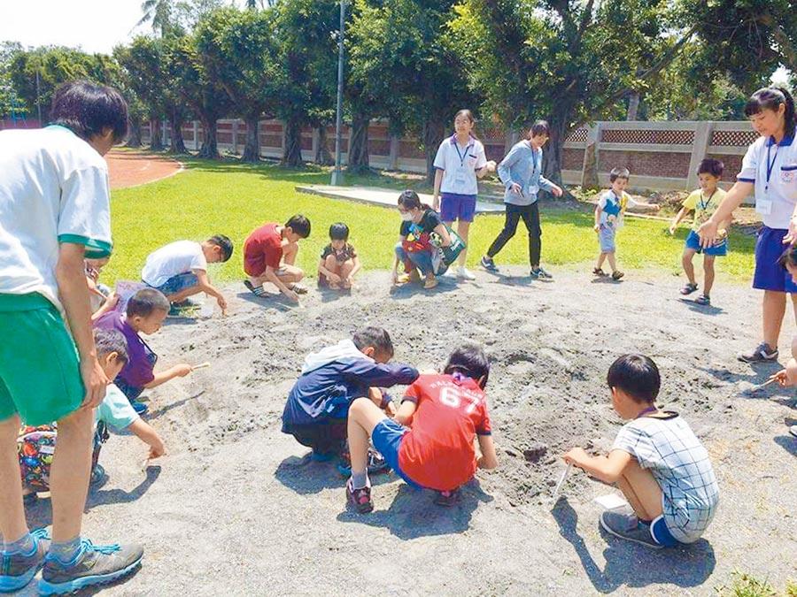 曾文農工推出「就醬玩歷史營隊」,帶領在地小學生以考古的方式認識麻豆史地,報名秒殺。(劉秀芬翻攝)