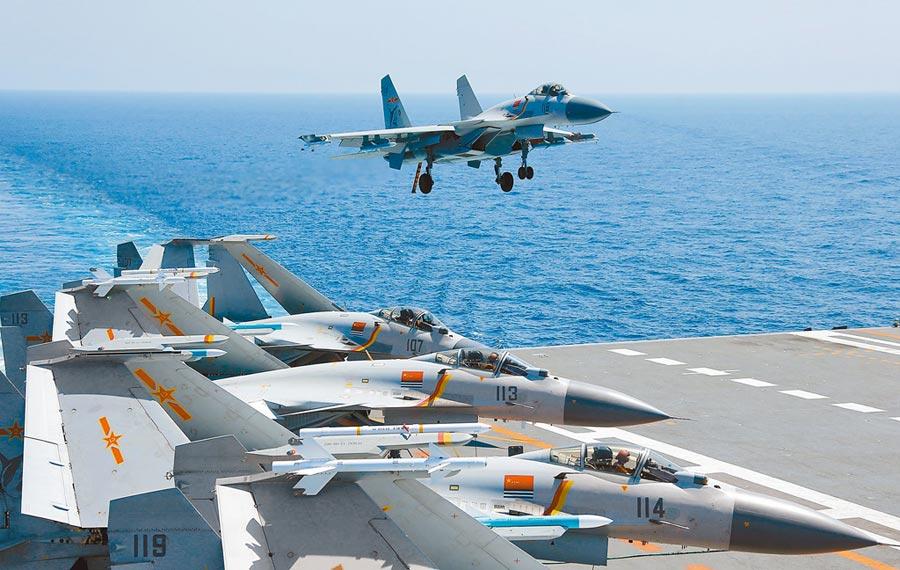 2018年美國總統川普簽署《台旅法》後,中共航母遼寧號進入台海。圖為殲-15在遼寧艦進行訓練。(新華社資料照片)
