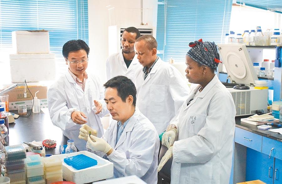 中科院研究員為非洲留學生演示實驗。(新華社資料照片)