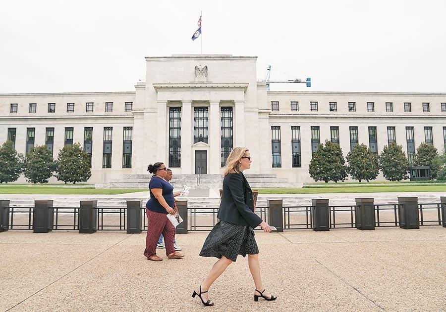 由於美國聯準會降息腳步逼近,分析師指出,政府公債及投資級債再成市場焦點。圖為美國聯邦準備理事會大樓。(新華社)