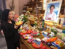 馬如龍不在了 沛小嵐靈堂捧蛋糕悲度39周年結婚紀念