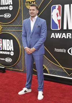 NBA》歐尼爾主持頒獎 東契奇獲最佳新人