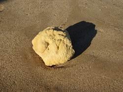 海邊撿到10公斤黃石 朋友驚:這可能價值1億
