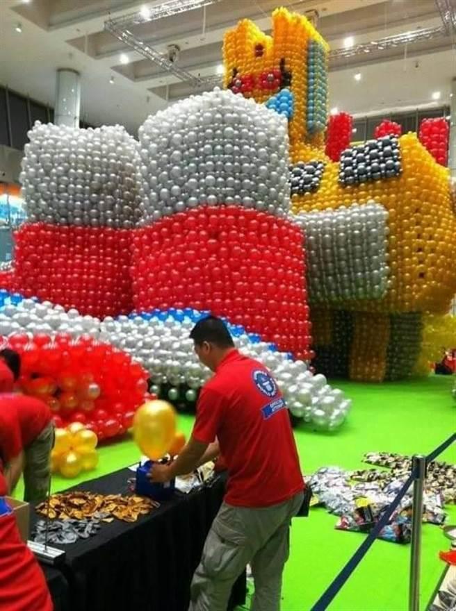 花蓮縣「傑克氣球」負責人林恐龍等人創作全世界最大的3D氣球作品《機器人》。(林恐龍提供)