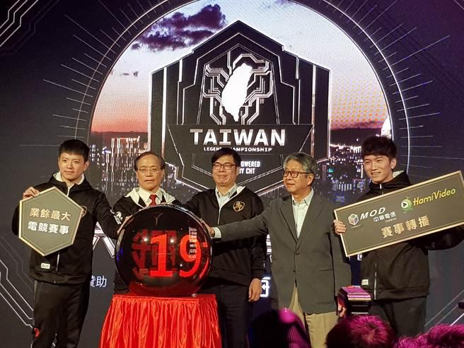 行政院副院長陳其邁(中)出席2019六都電競爭霸戰開賽記者會,還小試身手玩英雄聯盟。(陳筱琳攝)