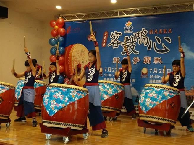 花蓮宜昌國小鼓隊在老師王金生指導下,擂鼓架勢一流。(范振和攝)