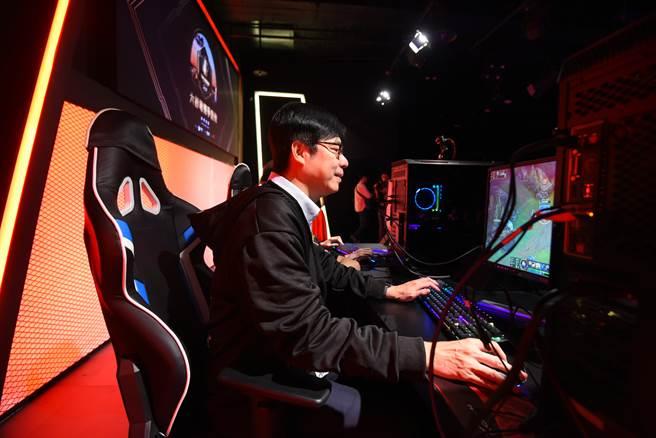 陳其邁與電競英雄聯盟世界大賽選手組隊同場較勁。(主辦單位提供)
