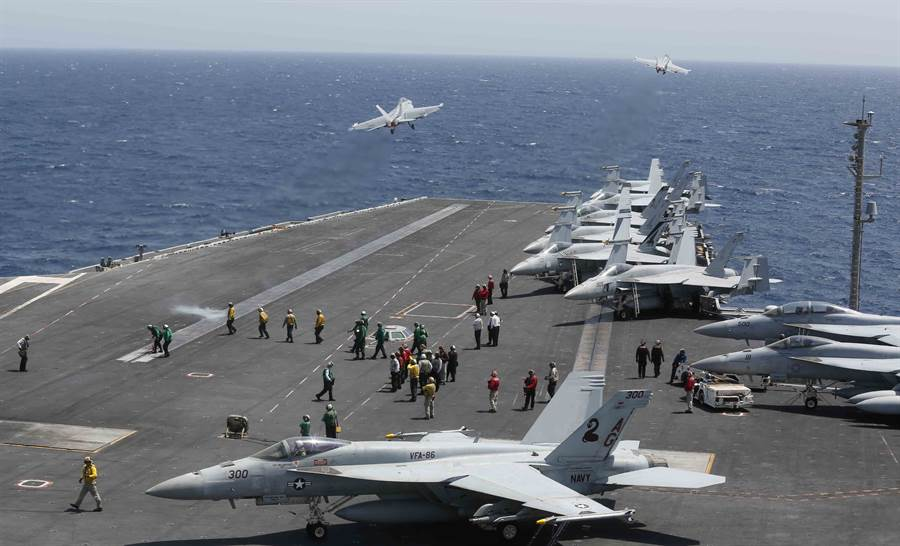 美國在阿拉伯海部署了大量的武力威懾伊朗,還被打下一架無人偵察機,但外界仍不認為美國會對伊朗真的開戰。真正會發動突襲的是默不吭聲的以色列。圖為美軍派往阿拉伯海的林肯號航母戰鬥群。(圖/美國海軍)