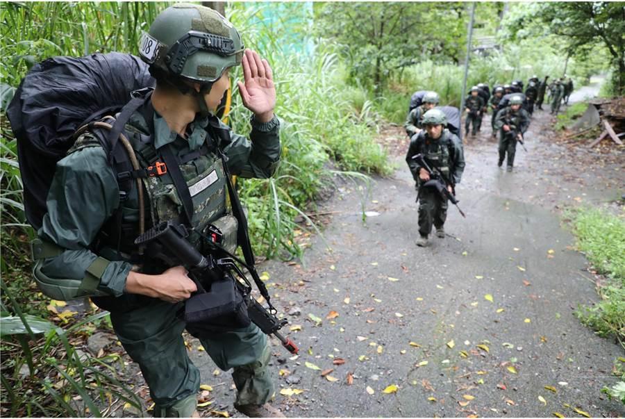 陸軍突擊兵訓練班正在谷關山區進行最嚴苛的期末鑑測。〈青年日報提供〉