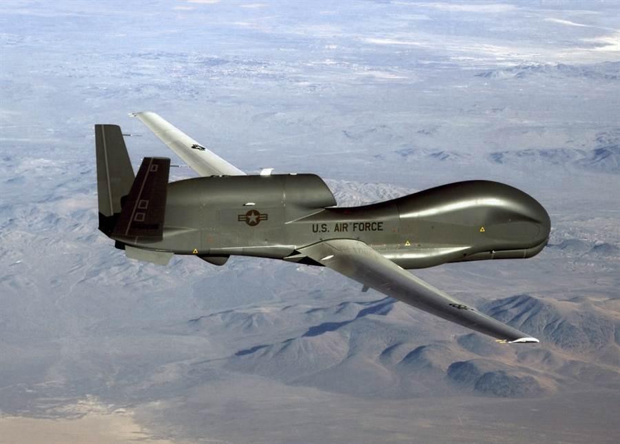 RQ-4「全球鷹」(Global Hawk)無人偵察機記錄情報並進行偵察的畫面。(美國空軍)