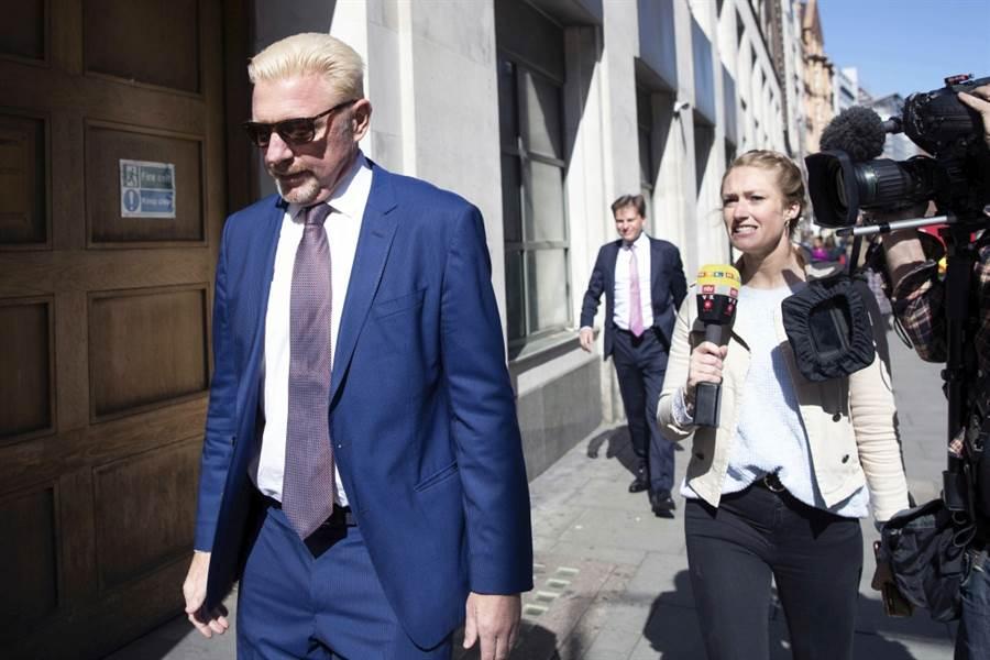 貝克出庭之後又被攝影機追著跑。(美聯社資料照)