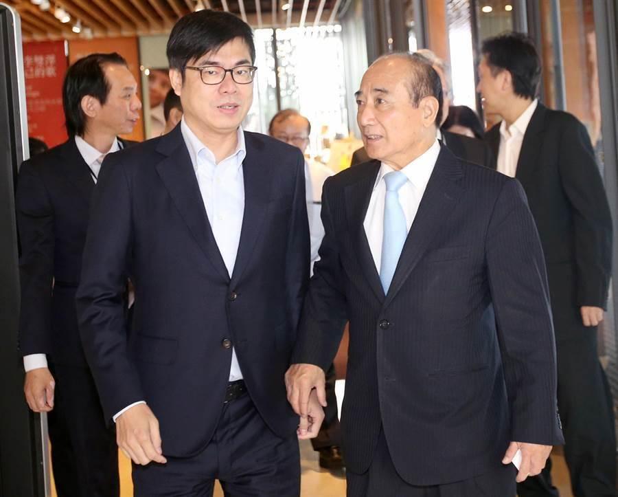 王金平(右)與陳其邁(左)共同出席中華科技金融學會2019年會。(范揚光攝)