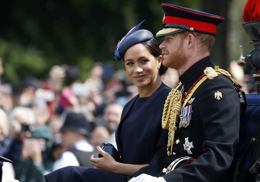 梅根8日與夫婿哈利王子搭乘馬車,出席倫敦御林軍校閱儀式(Trooping the Colour)的畫面。(美聯社)