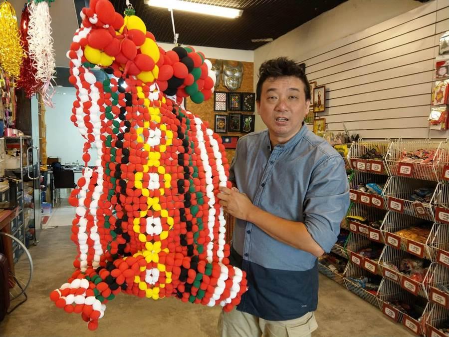花蓮縣「傑克氣球」負責人林恐龍創作造型氣球。(范振和攝)