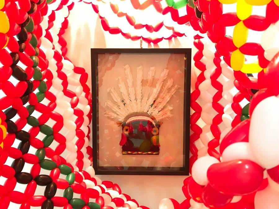 花蓮縣「傑克氣球」負責人林恐龍創作《阿雄的頭飾》,讓氣球成了美麗的立體畫作。(林恐龍提供)