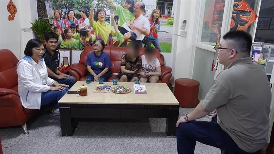 新北市議員李翁月娥協助家長和孩子到醫院驗傷提告。(譚宇哲翻攝)