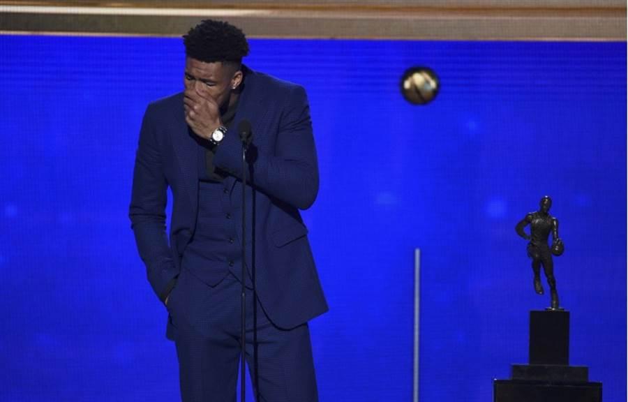 公鹿勇奪三大獎成為年度頒獎最大贏家,阿提托康波在獲得年度MVP時激動落淚。(美聯社)