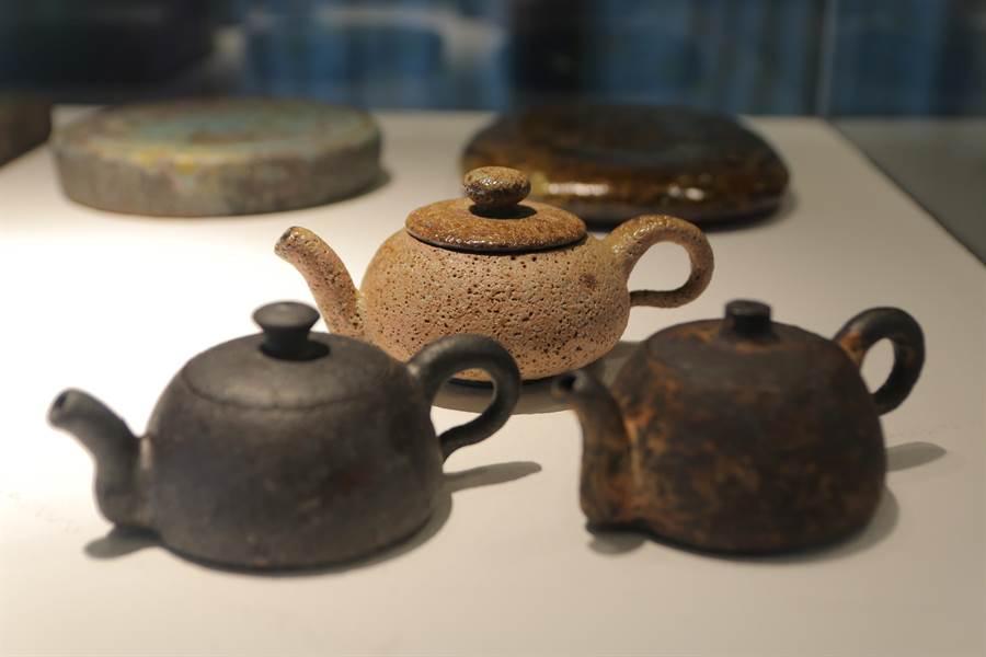 台灣陶藝家葉文《茶壺組》。(陶博館提供)