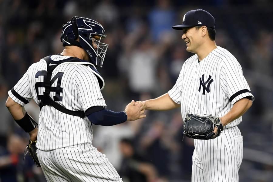 洋基投手田中將大(右)接受捕手桑契斯道賀。(美聯社資料照)
