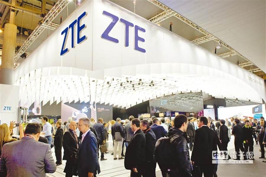 先前在巴塞羅納舉行的世界移動通信大會上的中興公司展台。(新華社資料照片)