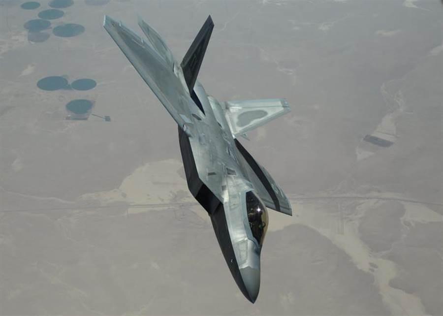 一架美國空軍F-22戰機飛越敘利亞上空的資料照。(美國空軍)
