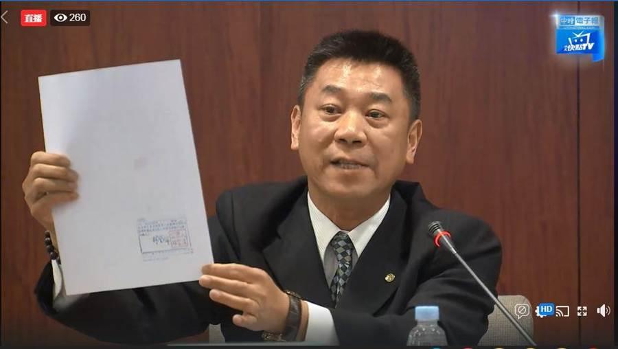 長榮航空發言人陳耀銘表示,目前接獲近百位參加罷工行動的空服員。(中時電子報FB)