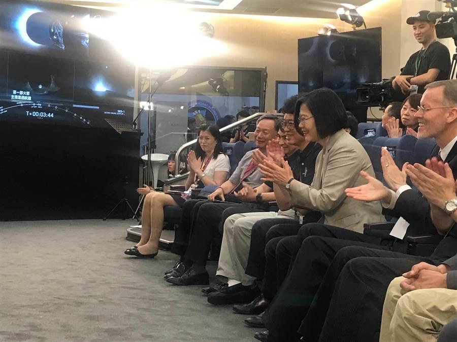 蔡英文總統與美國在台協會處長酈英傑(右)在火箭成功升空那一刻都難掩興奮之情,鼓掌慶祝。(陳育賢攝)