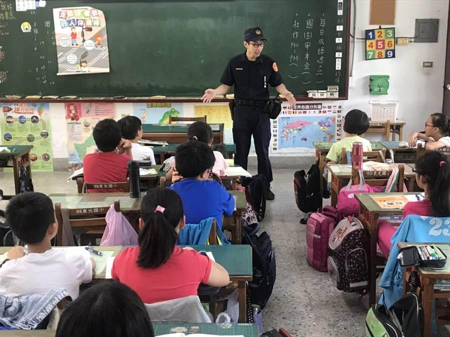 波麗士前進校園宣導交安,培養孩童正確的守法態度及路權觀念。(柯宗緯翻攝)
