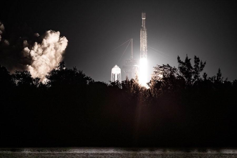 獵鷹重型火箭在夜間發射 這次任務有20多枚衛星,其中也有福衛7號。(圖/NASA)