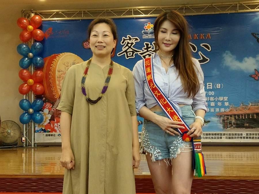 縣長徐榛蔚為藝人楊麗菁(右)披上花蓮觀光文化大使情人袋。(范振和攝)