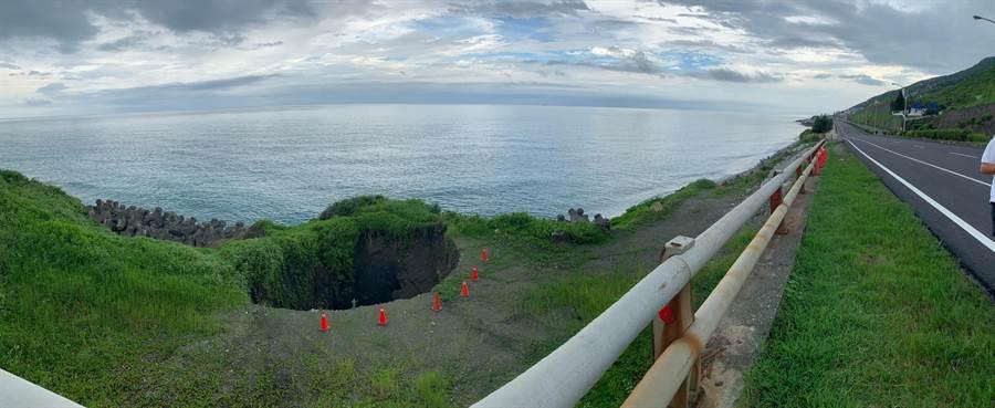 花蓮鹽寮海岸的大洞,距離台11線路面僅剩10餘公尺,民代憂心崩塌持續擴大恐造成路基流失。(許家寧翻攝)