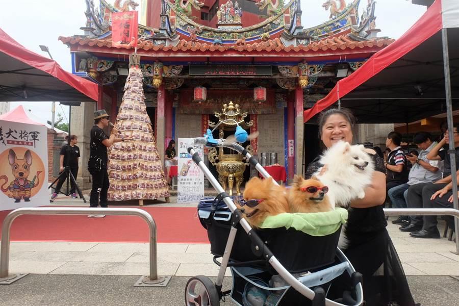 民眾帶著愛犬到義民廟祈求義犬將軍賜福。(張朝欣攝)