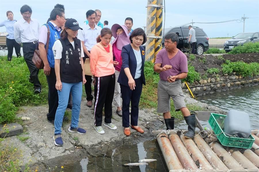 張麗善(右二)搶救文蛤大作戰,成立漁業輔導團隊。(張朝欣攝)