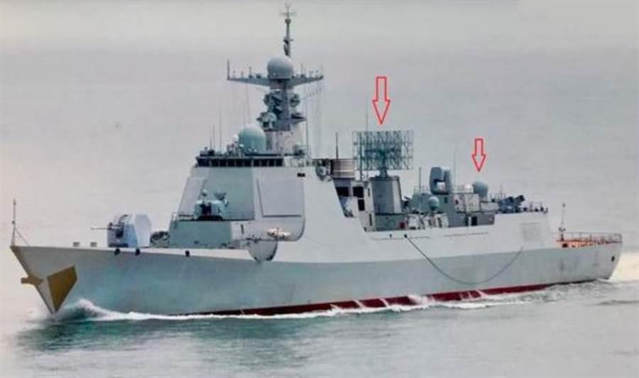 紅箭頭所指的分別是新遠端警戒雷達,以及直升機庫頂部的戰略衛通天線。(網路)
