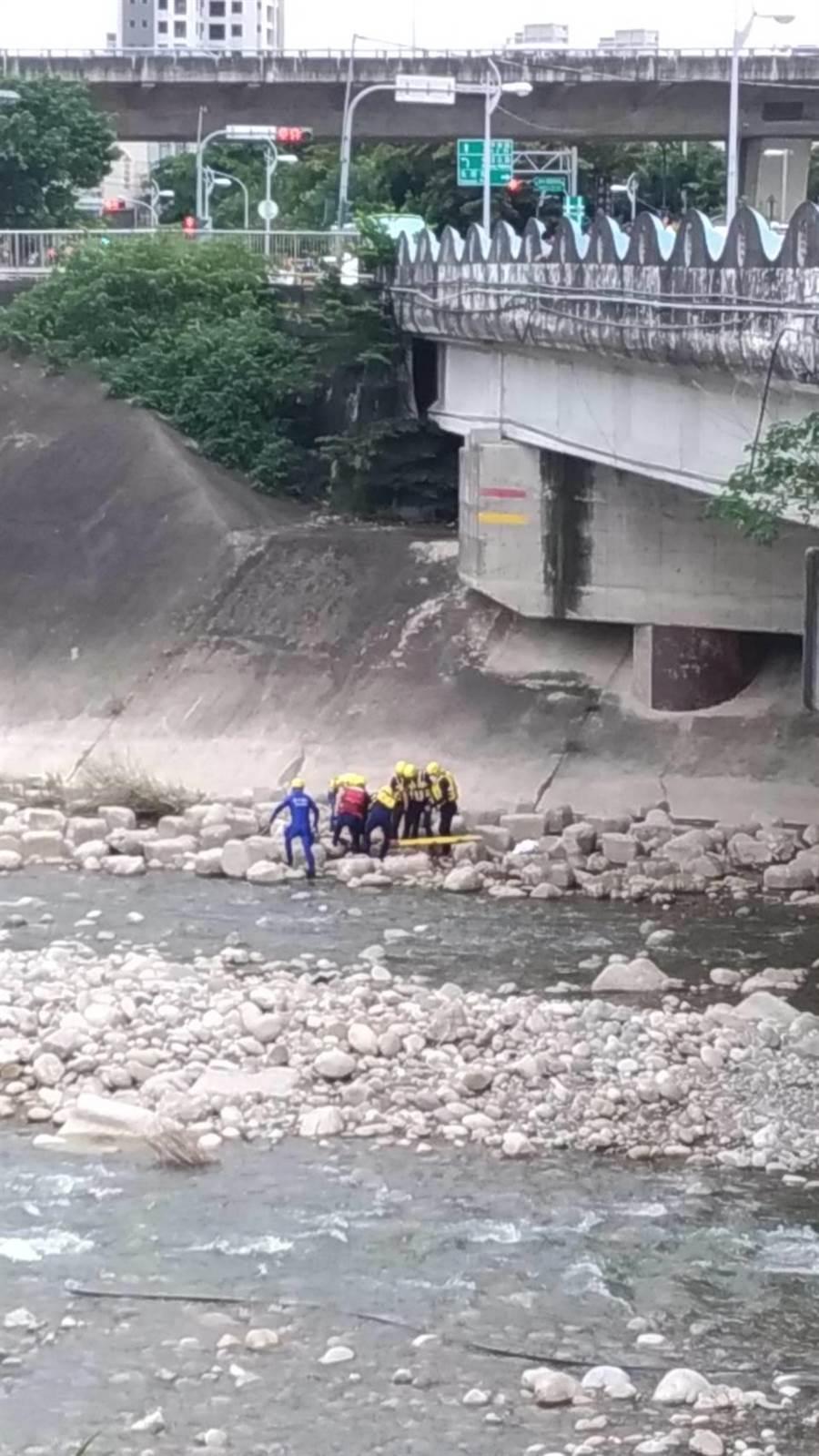 台中太平東平橋下廍子溪河床發見女屍,警方調查身分和死因。(馮惠宜攝)