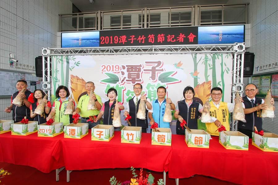 台中市副市長楊瓊瓔(左五)聯手藍綠民代,推銷潭子出產的麻竹筍。(王文吉攝)