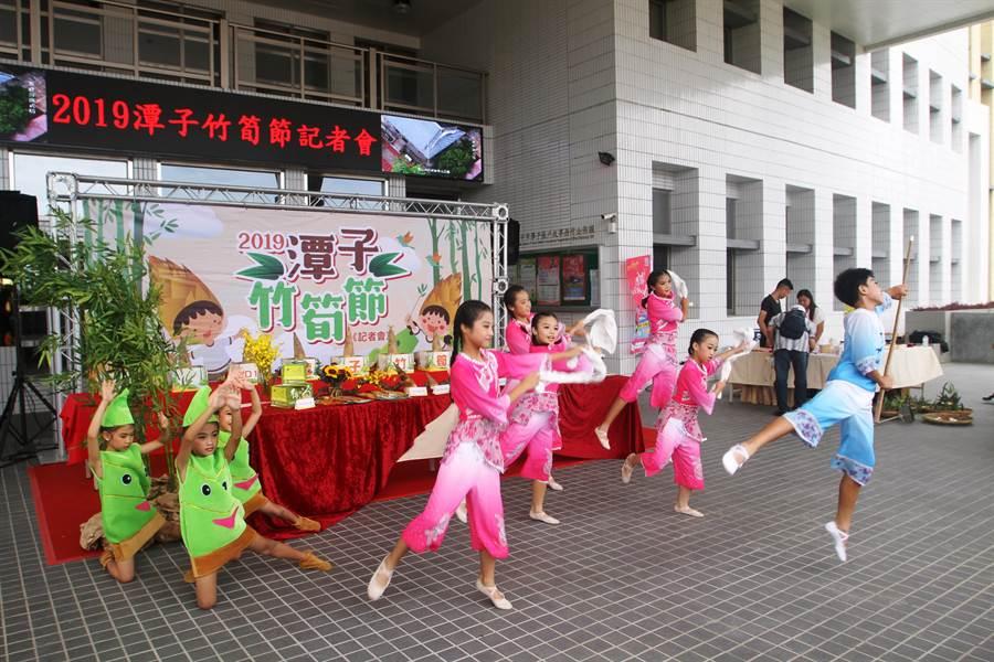 幼兒園學童帶來「筍子寶寶慶豐收」舞蹈,為潭子竹筍揭開序幕。(王文吉攝)