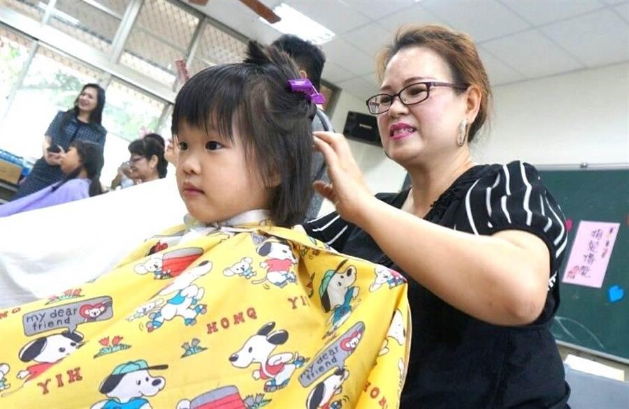 ▲草屯敦和國小小朋友,慨然將秀髮捐出助癌友。(楊樹煌攝)